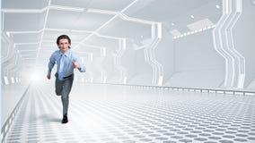 Mens in virtuele ruimte in werking die wordt gesteld die stock foto's