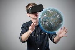 Mens in virtuele werkelijkheid stock foto's