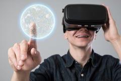 Mens in virtuele werkelijkheid royalty-vrije stock afbeelding