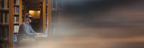 Mens in virtuele werkelijkheidshoofdtelefoon in bibliotheek en onscherpe zonsondergangovergang stock foto