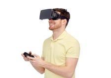 Mens in virtuele werkelijkheidshoofdtelefoon of 3d glazen Stock Afbeeldingen