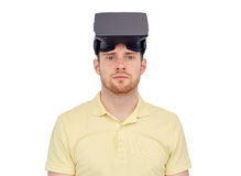 Mens in virtuele werkelijkheidshoofdtelefoon of 3d glazen Royalty-vrije Stock Afbeelding