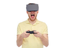 Mens in virtuele werkelijkheidshoofdtelefoon of 3d glazen Royalty-vrije Stock Foto's
