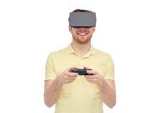 Mens in virtuele werkelijkheidshoofdtelefoon of 3d glazen Stock Foto's