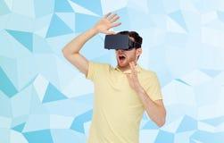 Mens in virtuele werkelijkheidshoofdtelefoon of 3d glazen Royalty-vrije Stock Fotografie