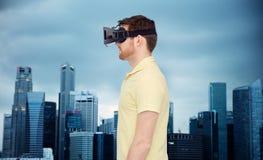 Mens in virtuele werkelijkheidshoofdtelefoon of 3d glazen Stock Afbeelding