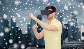 Mens in virtuele werkelijkheidshoofdtelefoon of 3d glazen Royalty-vrije Stock Foto