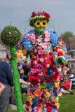 Mens volledig omvat in bloemen Stock Foto