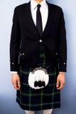 Mens in volledige traditionele Schotse kiltuitrusting Stock Afbeeldingen