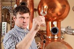 Mens voor distilleerderij Stock Foto