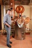 Mens voor distilleerderij - koper stock foto
