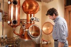 Mens voor distilleerderij - koper royalty-vrije stock afbeeldingen