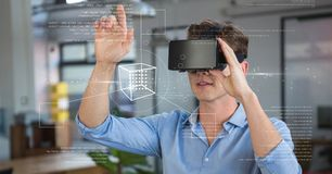 Mens in VR-hoofdtelefoon wat betreft interface stock afbeelding