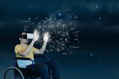 Mens in VR-hoofdtelefoon wat betreft interface tegen hemelachtergrond Stock Foto