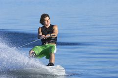 Mens Wakeboarding op Meer Royalty-vrije Stock Afbeeldingen