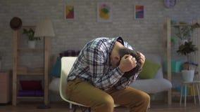 Mens in wanhoop, grepen zijn hoofd, portret van depressie stock videobeelden