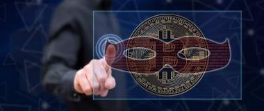 Mens wat betreft een bitcoin het binnendringen in een beveiligd computersysteem concept stock foto's