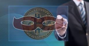 Mens wat betreft een bitcoin het binnendringen in een beveiligd computersysteem concept royalty-vrije stock fotografie