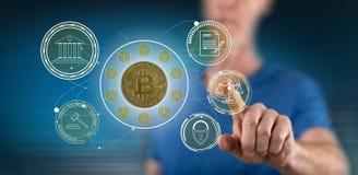 Mens wat betreft een bitcoinregelgeving concept stock afbeelding
