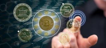 Mens wat betreft een bitcoinregelgeving concept royalty-vrije stock foto's