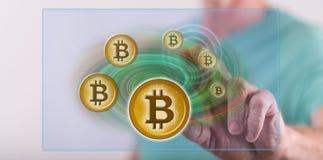 Mens wat betreft een concept van de bitcoinmunt stock fotografie