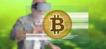 Mens wat betreft een concept van de bitcoinmunt Stock Afbeeldingen
