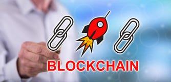 Mens wat betreft een concept van het blockchainsucces stock foto
