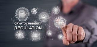 Mens wat betreft een cryptocurrencyregelgeving concept royalty-vrije stock afbeeldingen