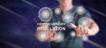 Mens wat betreft een cryptocurrencyregelgeving concept royalty-vrije stock fotografie