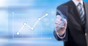 Mens wat betreft een digitaal bedrijfsanalyseconcept stock afbeeldingen