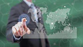 Mens wat betreft een digitaal marketing statistiekenconcept royalty-vrije stock afbeeldingen
