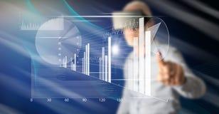 Mens wat betreft een financieel analyseconcept stock foto