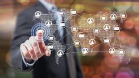 Mens wat betreft een globaal concept van de netwerktechnologie royalty-vrije stock afbeeldingen