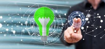 Mens wat betreft een groen energieconcept stock foto