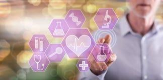 Mens wat betreft een medisch technologieconcept royalty-vrije stock foto's