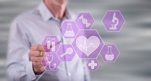 Mens wat betreft een medisch technologieconcept stock foto's