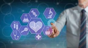 Mens wat betreft een medisch technologieconcept stock fotografie
