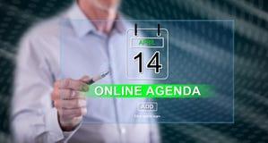 Mens wat betreft een online agendaconcept stock foto's