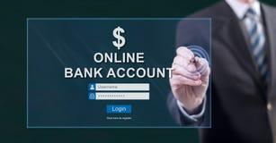 Mens wat betreft een online bankrekeningswebsite stock fotografie