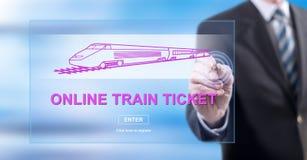 Mens wat betreft een online concept van het treinkaartje royalty-vrije stock afbeeldingen