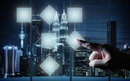 Mens wat betreft het illustreren van sociale media presentatie met zijn vinger op het virtuele scherm Royalty-vrije Stock Afbeeldingen
