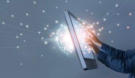 Mens wat betreft verbinding van het cirkel de globale voorzien van een netwerk, sociale media Stock Afbeelding