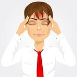 Mens wat betreft zijn tempels die aan een hoofdpijn lijden Stock Afbeeldingen