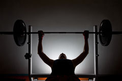 Mens weightlifter bij de gymnastiek Stock Afbeeldingen