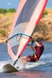 Mens in wetsuit op snel bewegende windsurfer Royalty-vrije Stock Fotografie