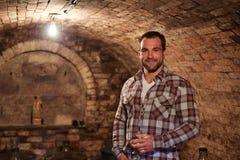 Mens in wijnkelder Stock Afbeelding