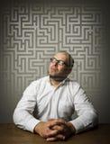 Mens in wit en labyrint Stock Afbeeldingen