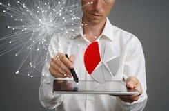 Mens in wit overhemd die met cirkeldiagram aan een tabletcomputer werken, toepassing voor begroting planning of financiële statis Stock Foto