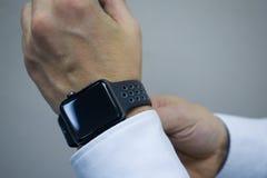 mens in wit overhemd die slim horloge dragen royalty-vrije stock foto
