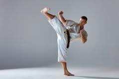 Mens in witte kimono opleidingskarate royalty-vrije stock foto's